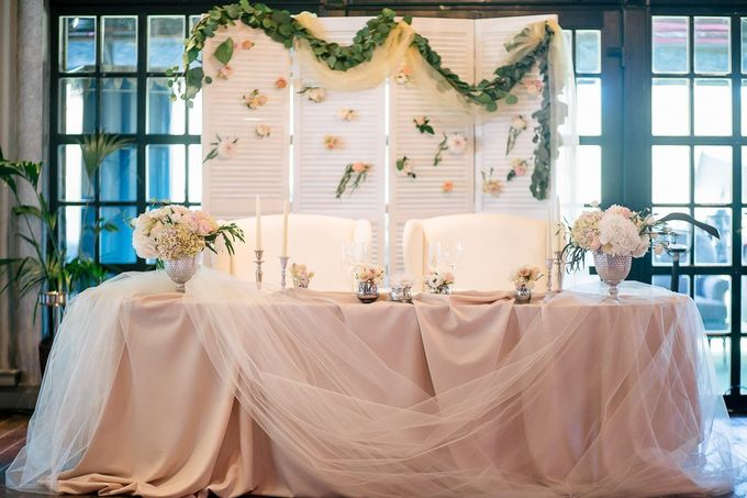 Понравившийся вариант оформления стола молодоженов. Два вида ткани, цветочные композиции. Но БЕЗ задника