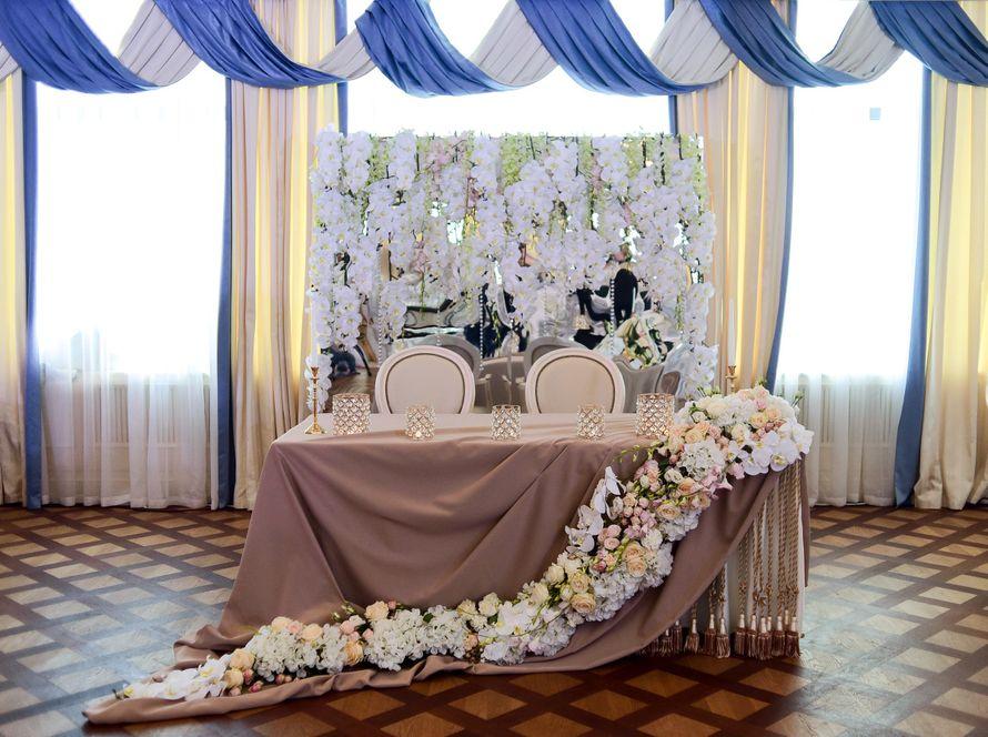 Асимметричная цветочная композиция на президиум