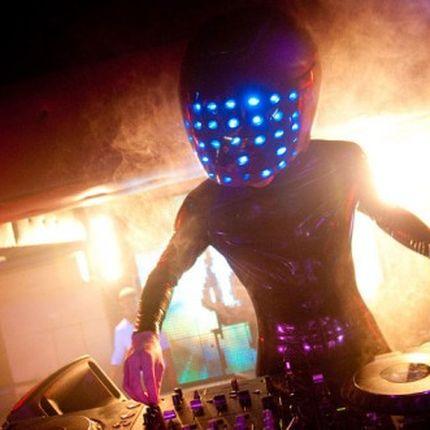 DJ-шоу со светящимися костюмами