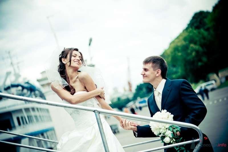 Жених и невеста, взявшись за руки, идут по лестнице  - фото 50314 Sabinulya