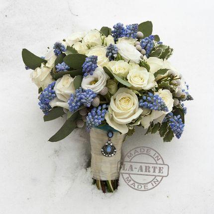 Букет невесты бело-голубой с мускари