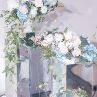 Выездная церемония. Зеркальные колонны и нежные цветочные композиции