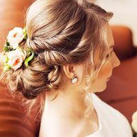 Причёска низкий пучок из локонов на длинных волосах, украшенная живыми цветами. Макияж с акцентом на глаза+пучковые реснички.