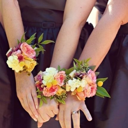 Браслетики с цветами для гостей-подружек невесты