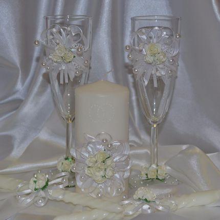Свадебные бокалы и свечи белые цветы