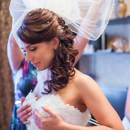 Свадебная греческая прическа на плечо
