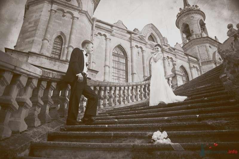 Жених и невеста стоят на лестнице у старого здания - фото 57919 Фотограф Мария Ширяева (KAIOSHK)