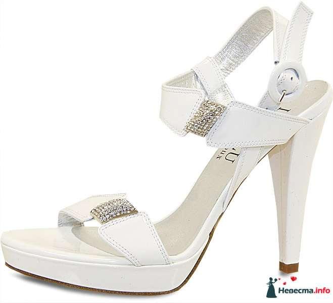 Белые босоножки на высоком каблуке, босоножки украшенные вставками с камней. - фото 92803 Невестушка