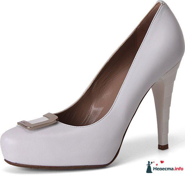 Белые туфли на высокой шпильке спереди брошка. - фото 92805 Невестушка