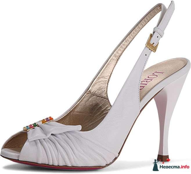 Белые босоножки на шпильке, спереди брошка. - фото 92808 Невестушка