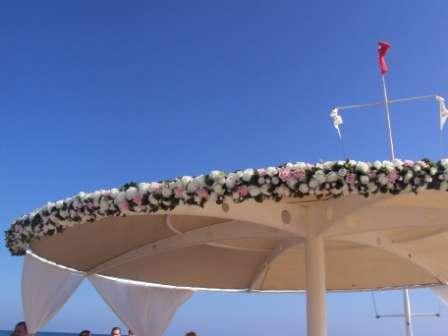 композиция цветочная на зонт на пирсе. - фото 1020055 TUANA Организация свадьб и торжеств в Анталии