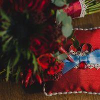 Алая подушечка для колец на свадьбе Виталия и Анны а ноябре 2013 года
