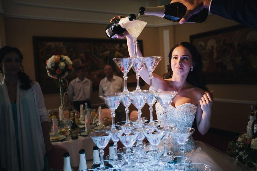Пирамида шампанского с подсветкой, первые пузырьки счастья. Первый тост с статусе мужа и жены. Фото Инна Птицына С любовью к своей работе свадебный распорядитель Ирэм - фото 3797347 Свадебный распорядитель, выездной регистратор Ирэм