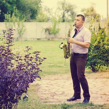 Саксофонист на выездной церемонии или фуршете