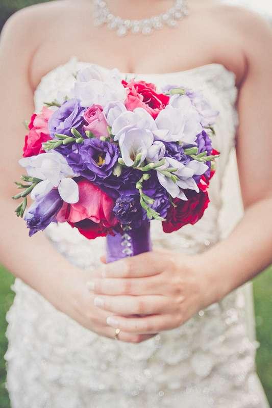 """Букет невесты из фиолетовых эустом, сиреневых фрезий и ярко-розовых роз, декорированный фиолетовой атласной лентой  - фото 538520 Студия флористики """"Flower shower """""""