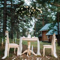 Свадебная фото-зона была организована в очень живописном месте, на лесной поляне в парк-отеле «Пилигрим». Визуальным центром зоны для фотосессии стал винтажный столик и стулья, импровизированные под праздничный ужин для двоих на природе. Фотограф: Роман Ш