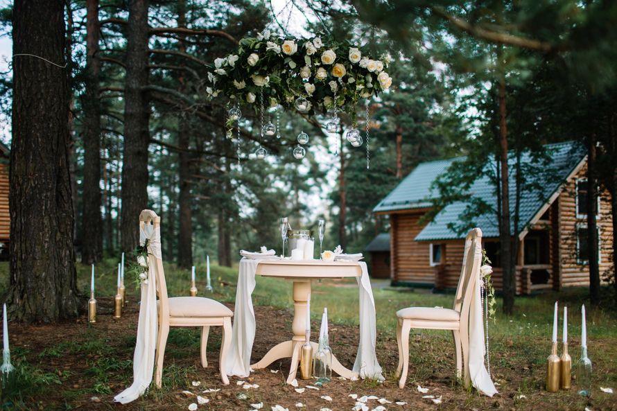 Свадебная фото-зона была организована в очень живописном месте, на лесной поляне в парк-отеле «Пилигрим». Визуальным центром зоны для фотосессии стал винтажный столик и стулья, импровизированные под праздничный ужин для двоих на природе. Фотограф: Роман Ш - фото 15723574 Special Event - студия декора