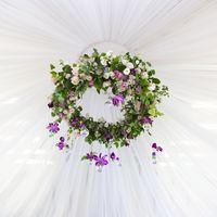 Главным украшением зала послужила подвесная флористическая композиция из живых цветов (сортовые розы, эустома, эвкалипт и чарующий клематис) с ниспускающимися подвесками - вазочками в виде лампочек. Фотограф: Роман Шаец