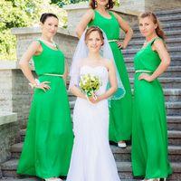 Невеста и её подружки на ступенях.