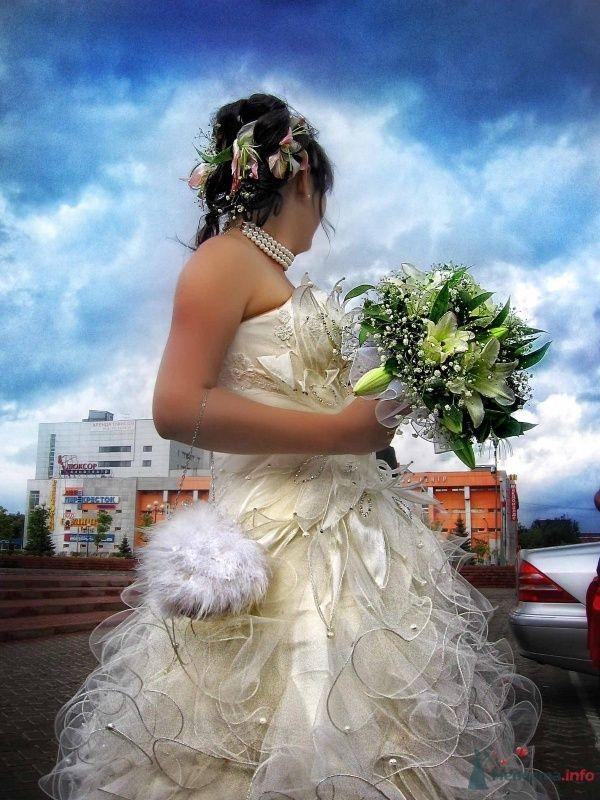 Причёску невесты украсили живые цветы, на шее жемчужное колье а на - фото 36119 KellerKS