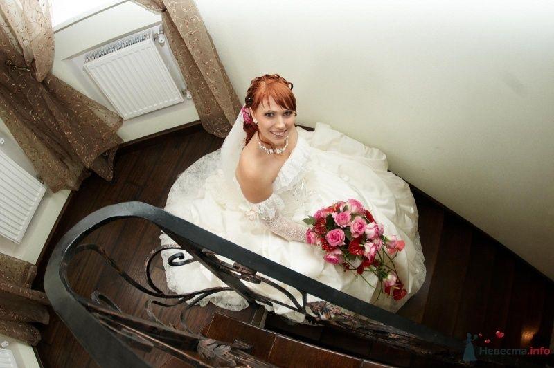 Невеста в белом длинном платье сидит на ступеньках дома - фото 43455 Sapphira