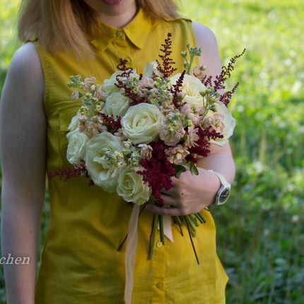 Букет из роз, астильбы и матиолы