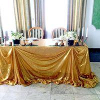 золотая пайеточная скатерть в качестве декора президиума