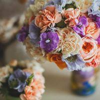 Букет невесты в розово-голубых оттенках из фиалок, роз и гвоздик