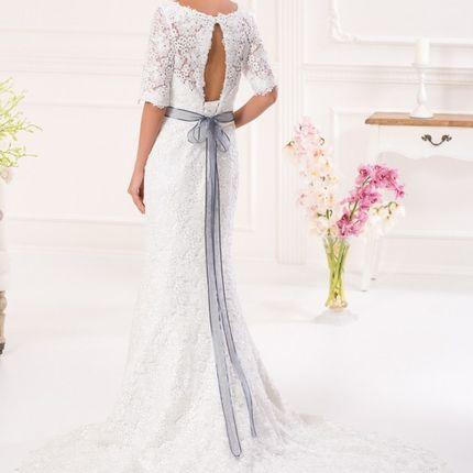 Кружевное платье с длинным шлейфом