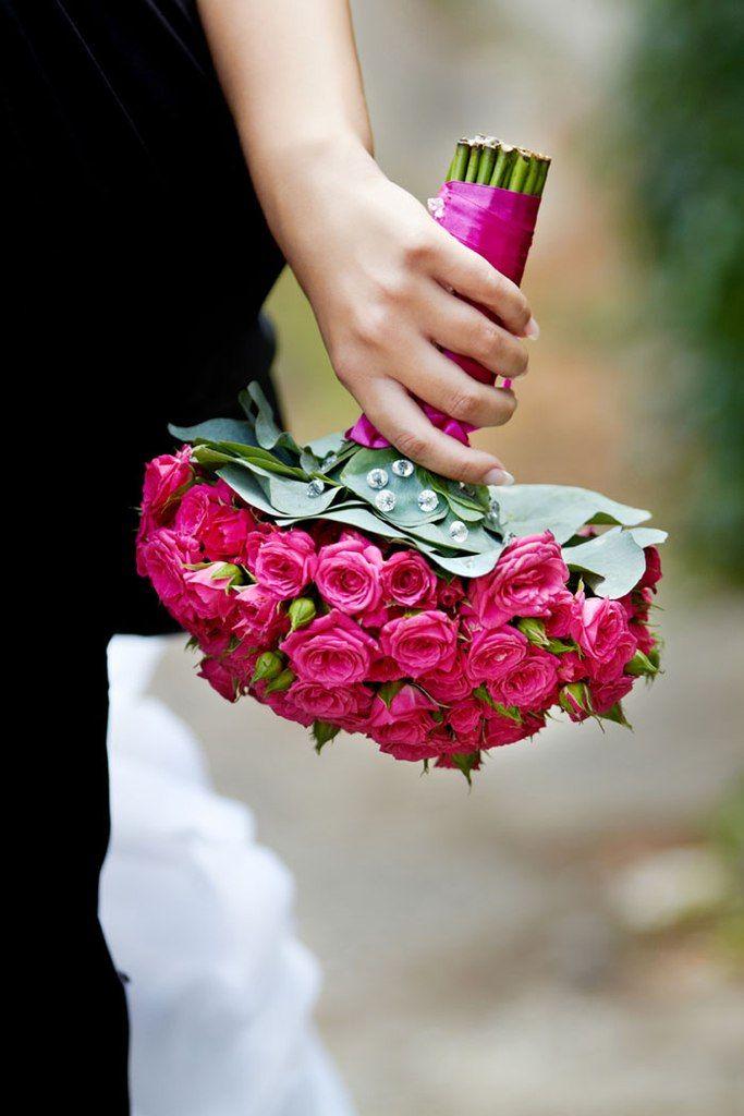 """Букет невесты из ярко-розовых роз, декорированный ярко-розовой атласной лентой  - фото 1152727 Студия флористики и дизайна """"Kiss"""""""
