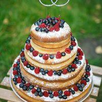 Торт - украшение нашего мероприятия был заботливо выпечен руками невесты