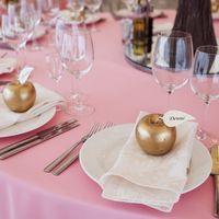 """Авторский проект от onlytrees и danilushkinawedding """" Яблоневый сад"""" , свадьба в нежно розовых тонах, розовая свадьба, яблоневая свадьба, яблочная свадьба, розово-золотая свадьба, номерки рассадки, номерки на столы, красивая свадьба , яблоки - рассадочные"""