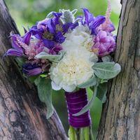 Ксюша - нежная невеста. И букетик для нее мы старались сделать как можно более мягкий: пушистый стахис мятного цвета, клематисы, пионы и тюльпаны!