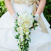 Каскадный букет невесты из белых орхидей, ромашек и орхидей