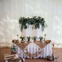 Стол молодожёнов и задник, с аксессуарами и цветочными композициями в стиле рустик.