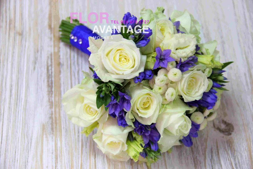 Букет невесты в бело синих тонах