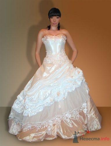 Невеста в пышном свадебном платье с юбкой, драпированной разными тканями. - фото 817 lapushonysh