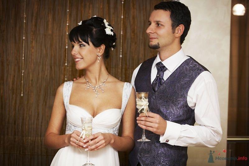 Жених и невеста, прислонившись друг к другу, стоят в комнате с бокалами  в руках - фото 62309 Busic