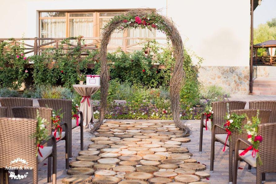 Вдохновлённые трендовым цветом этого сезона, организаторы свадебного агентства Адам и Ева  создали концепцию, которой соответствовали все детали - плоть до оттенка вина в бокалах. Завороживает своим изяществом и красотой декор свадьбы от рук мастеров  . Н - фото 11336520 Свадебное агентство Adam&Eva