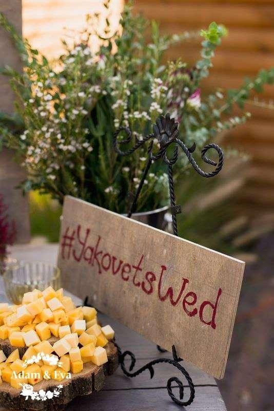 Вдохновлённые трендовым цветом этого сезона, организаторы свадебного агентства Адам и Ева  создали концепцию, которой соответствовали все детали - плоть до оттенка вина в бокалах. Завороживает своим изяществом и красотой декор свадьбы от рук мастеров  . Н - фото 11336528 Свадебное агентство Adam&Eva