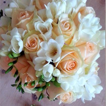 Букет невесты с фрезией и персиковой розой