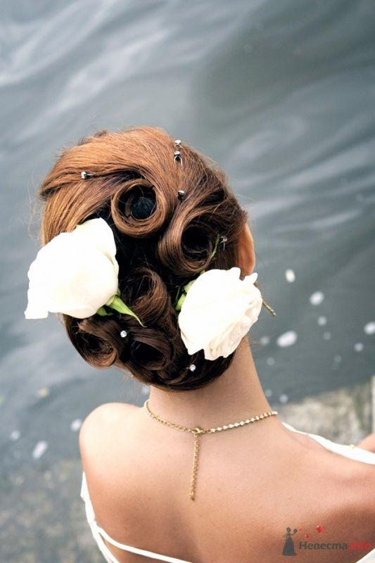 Свадебная прическа украшенная живыми цветами и стразами, свадебный макияж - фото 32965 Стилист-визажист Кандалова Елена