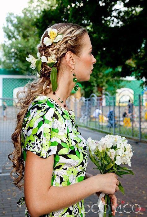Вечерняя прическа на длинные волосы, украшенная живыми цветами, свадебный макияж - фото 35281 Стилист-визажист Кандалова Елена