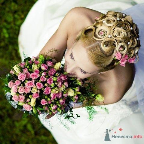 Свадебная прическа на длинные волосы, украшенная живыми розами и фатой. Свадебный макияж - фото 44728 Стилист-визажист Кандалова Елена