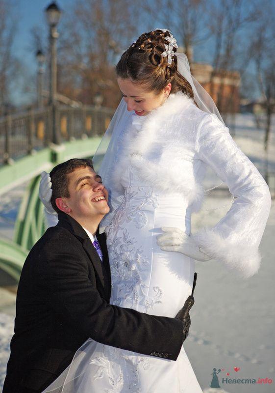 Свадебная прическа на длинные волосы, украшенная искуственными цветами, стразами и фатой. Свадебный макияж.