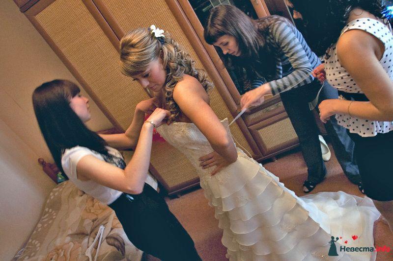 Свадебная прическа с использованием накладных прядей на заколках, украшенная живой орхидеей. Свадебный макияж.
