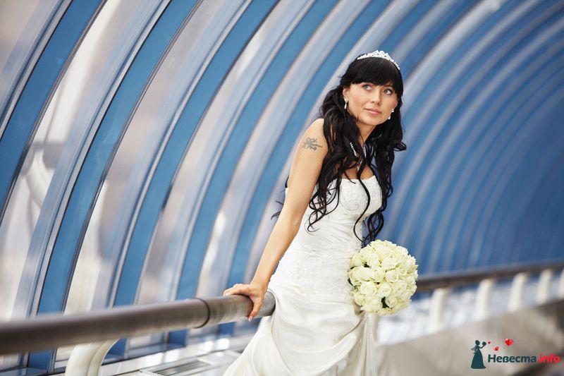 Свадебная прическа с использованием натуральных прядей на заколках, украшенная диадемой. Свадебный макияж. - фото 98298 Стилист-визажист Кандалова Елена