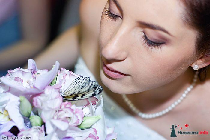 Свадебная прическа на длинные волосы, украшенная живыми цветами. Свадебный макияж - фото 129288 Стилист-визажист Кандалова Елена