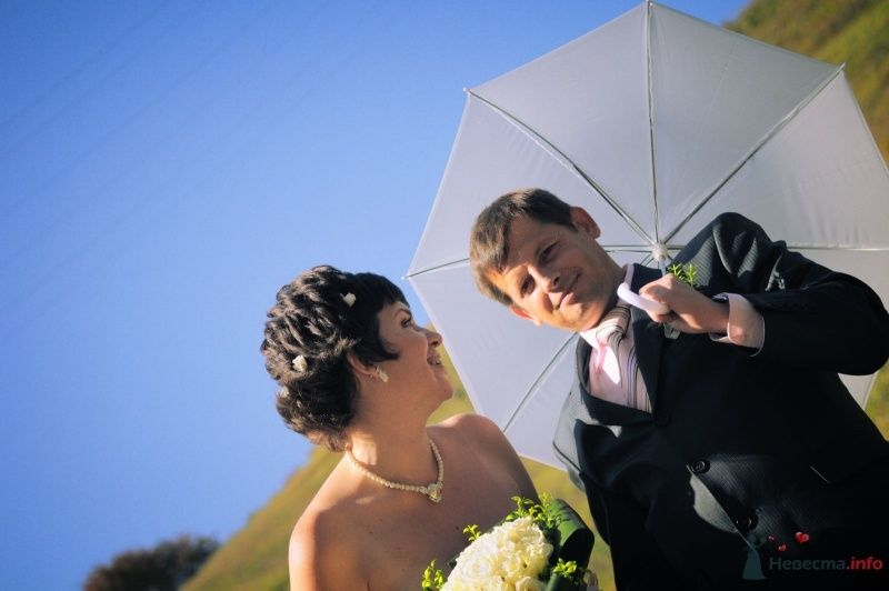 Жених и невеста идут по полю под белым зонтом - фото 57637 Солнышонок