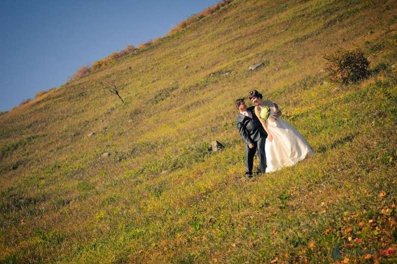 Жених и невеста стоят вместе на траве в поле - фото 57638 Солнышонок